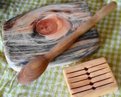 Planche à découper, grande cuillère et porte savon